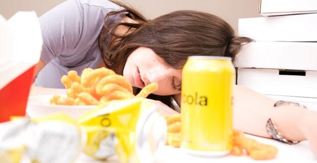 De ce suntem mai obosiţi după ce mâncăm?